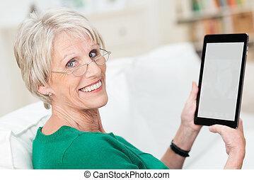 bájos, senior woman, használ, egy, tabletta, számítógép