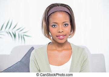 bájos, woman ül, képben látható, pamlag, és, külső külső fényképezőgép