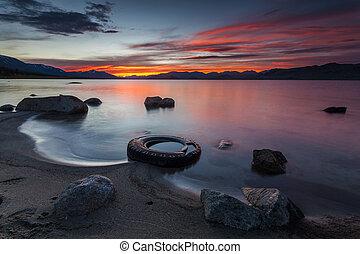 bámulatos, piros naplemente, felett, egy, hegy, lake.