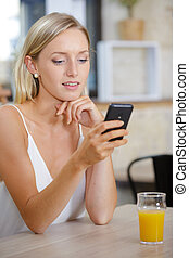 bár, narancslé, fiatal, texting, nő