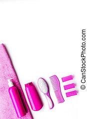 básico, cuidado cabelo, em, bathroom., pente, shampoo, pulverizador, curlers, toalha, branco, fundo, vista superior, copyspace