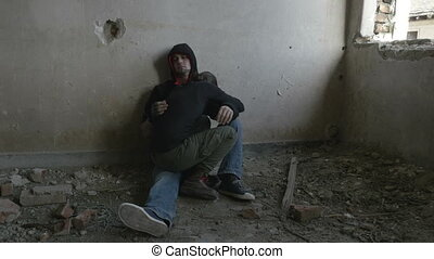 bâtiment, abandonnés, déprimé, couple, jeune, étreindre