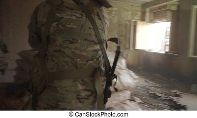 bâtiment, avance, tranquillement, hostile, ruiné, soldats, ...