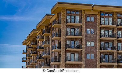 bâtiment, bleu, nuages, panorama, cadre, ciel, balcons, contre, mince, résidentiel, brique