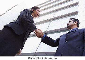 bâtiment, bureau, deux, dehors, hommes affaires, mains secouer