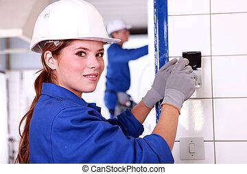 bâtiment, câblage, électricien, jeune, femme