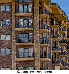 bâtiment, carré bleu, nuages, résidentiel, cadre, ciel, balcons, contre, mince, brique