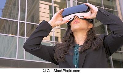 bâtiment, casque à écouteurs, bureau, cadre, vr, verre, dehors, femme, utilisation, constitué