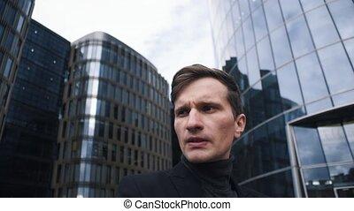 bâtiment, centre affaires, jeune, suit., fond, portrait, homme affaires