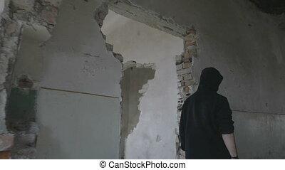 bâtiment, couloir, marche, encapuchonné, abandonnés, jeune, par, homme