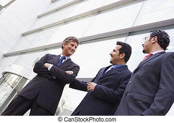bâtiment, dehors, groupe, hommes affaires, bureau