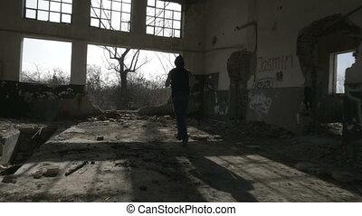 bâtiment, encapuchonné, abandonnés, athlète, jeune, jogging