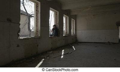 bâtiment, encapuchonné, abandonnés, séance, déprimé, cadre, jeune, fenêtre, fumer, homme