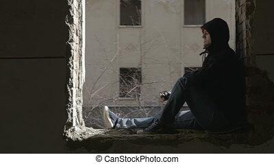 bâtiment, encapuchonné, abandonnés, séance, déprimé, cadre, jeune, fenêtre, homme