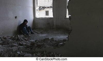 bâtiment, encapuchonné, abandonnés, séance, déprimé, jeune homme