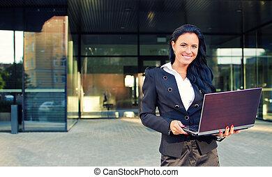bâtiment, femme affaires, cahier, bureau, devant