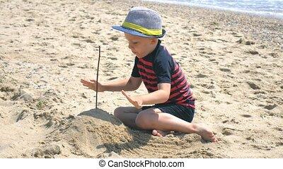 bâtiment, garçon, plage., avoir, jouets, amusement, jouer, sandcastles