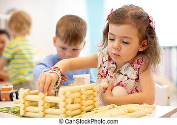bâtiment, gosses, blocs, séance, maison, enfants, ensemble, jouet plastique, kindergarten., table, jouer