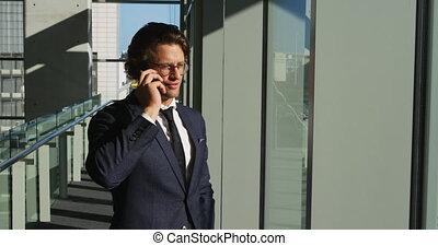 bâtiment, homme affaires, bureau, moderne, smartphone