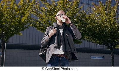 bâtiment, marche, boire, city., autour de, business, moderne, barbu, jeune, coupure, déjeuner, centre, café, homme affaires, pendant, outdoors., homme, caucasien, boissons