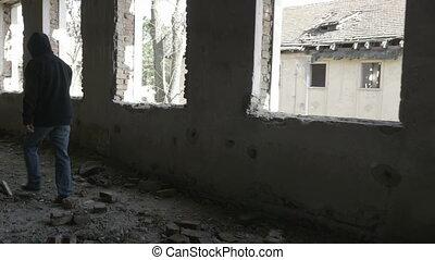 bâtiment, marche, encapuchonné, abandonnés, jeune, triste, militaire, homme