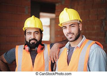 bâtiment, ouvriers, appareil photo, construction, nouveau, sourire heureux