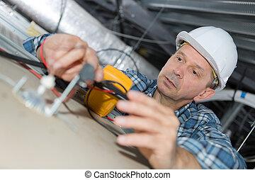 bâtiment, plafond, électricien, inspection, système, électrique, mûrir