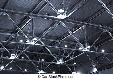 bâtiment, plafond, industriel, canaux transmission, puissant, métallique, lampes, sous