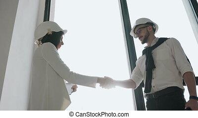 bâtiment, project., fonctionnement, sur, main, concept, architecte, coopération, équipe, ingénieur, secousse, blueprint.