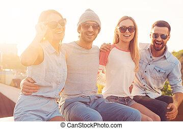 bâtiment, quatre, quoique, bon, séance gens, jeune, ensemble, air, gai, liaison, autre, toit, friends., frais, sourire, chaque