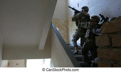 bâtiment, recherche, terroriste, abandonnés, plancher, mission, monter, tuer, soldats, premier, éditorial, cible