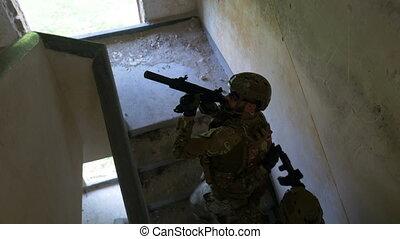 bâtiment, recherche, terroristes, jeune, plancher, mission, ruiné, leur, tuer, objectif, soldats, monter, escalier, premier