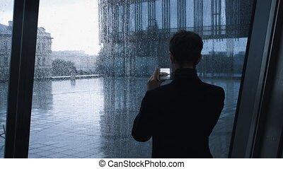 bâtiment, smartphone, centre affaires, photo, jeune, intérieur, confection, homme