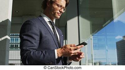 bâtiment, smartphone, homme affaires, bureau, moderne