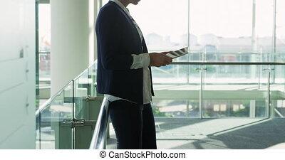 bâtiment, utilisation, tablette, femme affaires, bureau, moderne