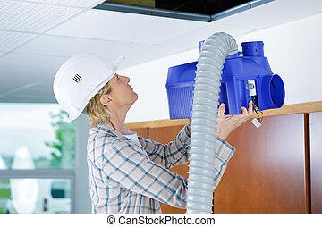 bâtiments, ouvrier, système ventilation, essayage, femme, plafond