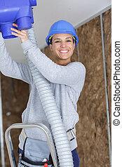 bâtiments, ouvrier, système, ventilation, femme, heureux, plafond ajuste