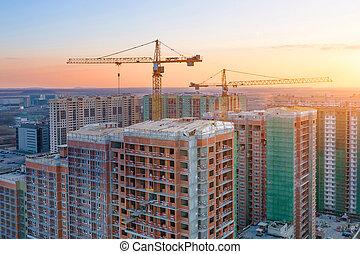 bâtiments, soir, ville, sky., grues, grand, haut-ascension, construction, résidentiel, vue