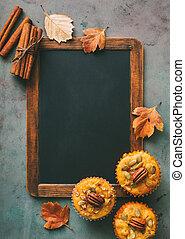 bâtons, cannelle, fraîchement, chalkboard., muffins, cuit, vide, citrouille