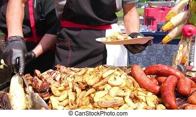 bâtons, fin, viande, festival., rue, saucisses, barbecue., plates., chef cuistot, écarts, noir, haut., nourriture, frit, vêtements, gants, grillé, pommes terre
