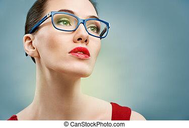 bära glasögon