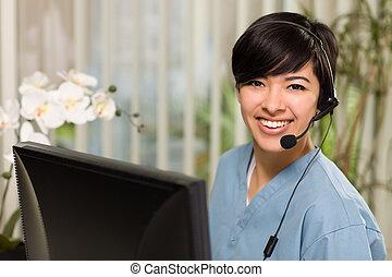 bärande hörlurar, kvinna, ung, attraktiv, skura, multi-ethnic