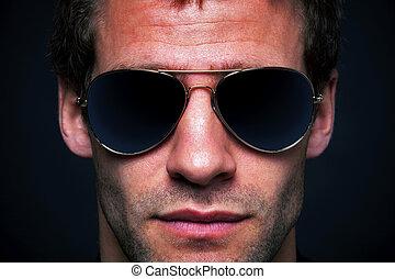 bärande solglasögoner, flygare, man