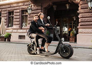 bärtig, motorrad, geschaeftswelt, erschrocken, ansicht, reitet, seite, mann