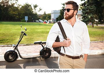 bärtig, sonnenbrille, posierend, draußen, mann, hübsch