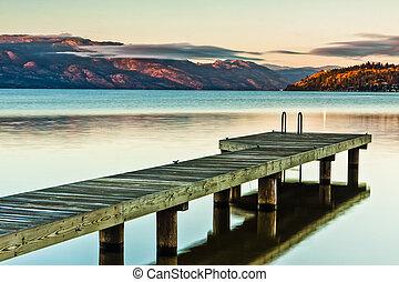 båd dok, på, sø, hos, solnedgang