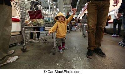 bébé, 2, enfantqui commence à marcher, magasin