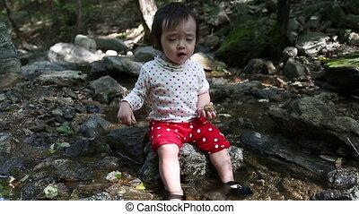 bébé, 2, enfantqui commence à marcher, ruisseau