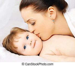 bébé, baisers, maman, lit, heureux