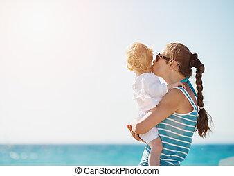 bébé, baisers, plage, mère